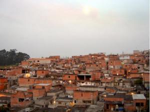 Favela bereits aus Stein, statt Müll.