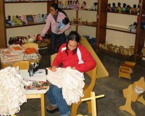 zwei Auszubildende als Verkäuferinnen im Laden von Monte Azul