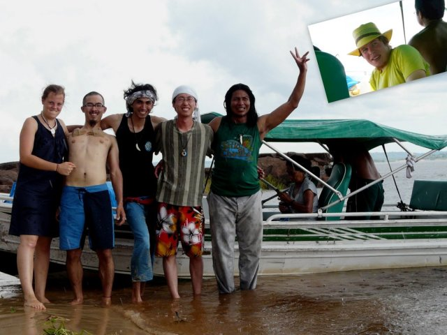 Wir, unsere Reisegruppe auf einer einsamen Insel im Rio Negro: Chiara (DE), Tsubasa (Japan), Newton (Brasilien), Kenta (Japan) und Bu'ú (Indio, aufgewachsen im Regenwald). Links oben ich als Fotograf.