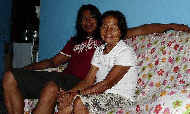 Bu'ú mit seiner 80 Jährigen Großmutter, beide vom Stamme der Tuyuka.