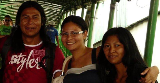 Bu'ú ganz links, ganz rechts seine Schwester Imaculada, bei der wir wohnten und in der Mitte eine Indianerin eines anderen Stammes, weiter unten am Amazonas.
