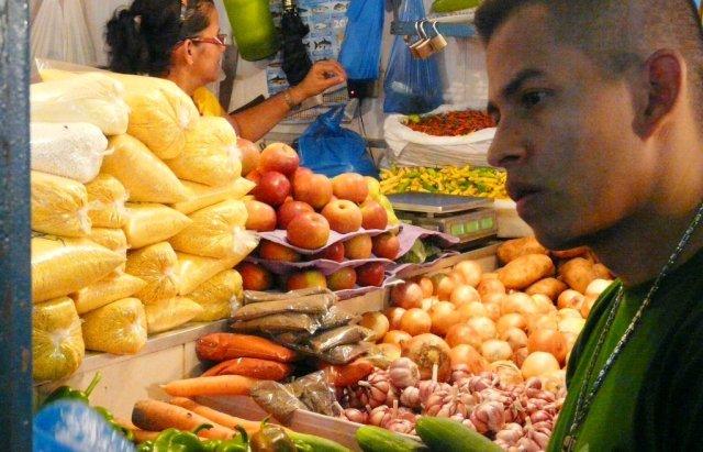 Auch wenn Indianer sich grundsätzlich von Fisch und Mandiokamehl ernähren und kaum Gemüse essen, hat der Markt eine große Gemüseabteilung. Mit Gemüse teils aus dem Süden des Landes.