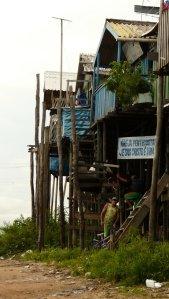 Die schönen Dockhütten aus Holz am Rio Negro