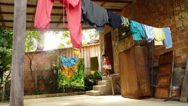 Schon sehr früh morgens stehen die Kinder auf und spielen in der grünen Favela.
