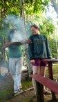Alle werden mit einem wohlduftenden Rauch einer Wurzel umhüllt, gegen böse Geister.
