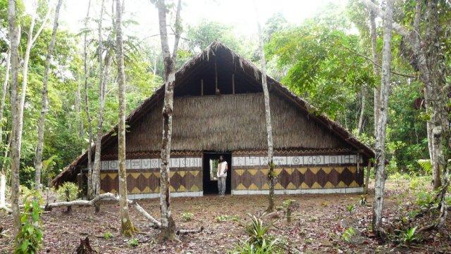 """Die Traditionelle """"Maloca"""" von Bu'ús Familie. Ein Bauwerk dieser Art soll in Santa Maria für Touristen auch entstehen."""