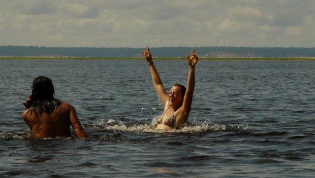Der Badespaß im warmen Rio Negro.