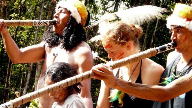 Wir alle dürfen mittanzen und Bu'ú fühlt sich sichtlich wohl, während er diesen Ort rituell auf den Bau vorbereitet.