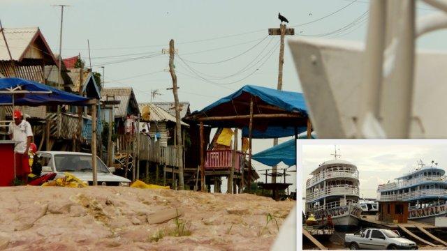 Die schönen Dockhütten am Porto São Raimundo. Dazu zwei Boote im Hafen, die sonst nach São Gabriel fahren.