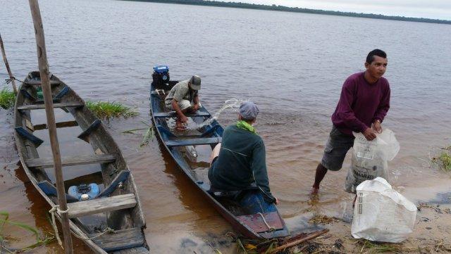 Eigentlich sind ja alle Boote etwas leck und für 4 Personen sowieso zu klein, doch zum Glück ist der Rio Negro hier nicht so breit. Wir haben Angelhaken, Schnur und ein kaputtes Angelnetz.