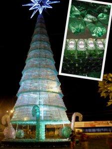 Der Recyclingweihnachtsbaum. Aus Heineken-Bierflaschen und Plastikflaschen.