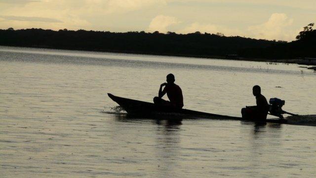Abendliche Fischer auf dem Rio Negro.
