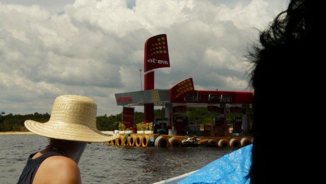 Eine schwimmende Tankstelle auf dem Rio Negro, wo wir überhaupt erstmal überlegen, wo es denn gerade hingeht.