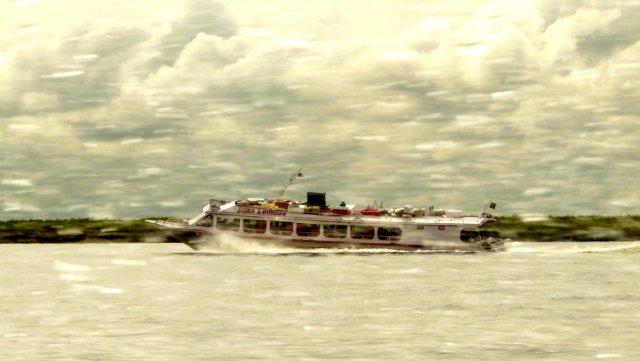 """Ein Expressboot bringt Touristen zum """"Enconrto das Aguas"""". Berühmtester Punkt in Manaus."""