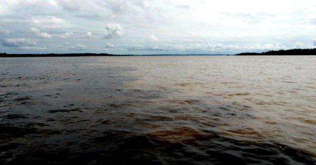 Das Zusammentreffen der Flüsse. Links der dunkle Rio Negro und rechts der braune Rio Solimões (in unserem Sprachgebrauch Amazonas) die ab diesem Punkt 7 km nebeneinander weiterfließen und sich erst dann vermischen: im weltgrößten (und neuen Rechnungen zufolge auch dem Längsten) Flus: Amazonas.