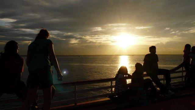 Vollends glücklich, bei Sonnenuntergang als schwarzer Passagier auf einem Boot nach Santa Isabel.