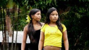 Indianische Mädchen im brasilianischen Regenwald. Einst die eigentlichen Einwohner sind heute zu Immigranten im eigenen Land geworden. Eine Anpassung an das fortgeschrittene Brasilien steht ihnen bevor.