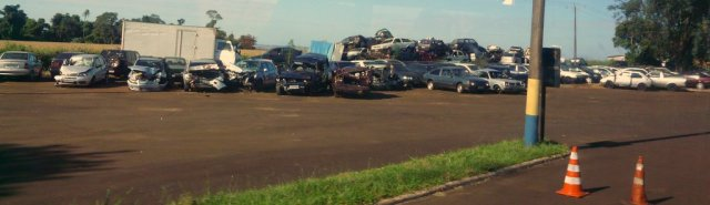 An der Autobahnpolizei stehen auf der einen Seite Unfallautos und auf der anderen Seite, die konfiszierten Fahrzeuge von Händlern unversteuerter Waren. Die Berge mit konfiszierten Rosthauben werden immer größer, je dichter man der paraguayischen Grenze kommt.