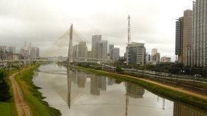Diese Brücke über den stinkenden Fluss Pinheiros ist Symbol Sao Paulos und hintergrundkulisse eines Fernsehsenders.