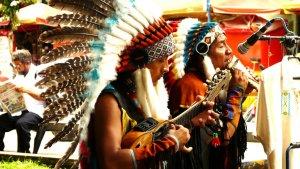 Indianer der Inker aus den Anden in Ecuador machen täglich Straßenmusik im Zentrum von Manaus und verkaufen ihre CDs.
