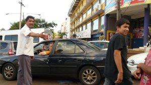 Freche Straßenkinder und Paraguayer regeln den Straßenverkehr und verdienen sich dabei hier und da einige Groschen.