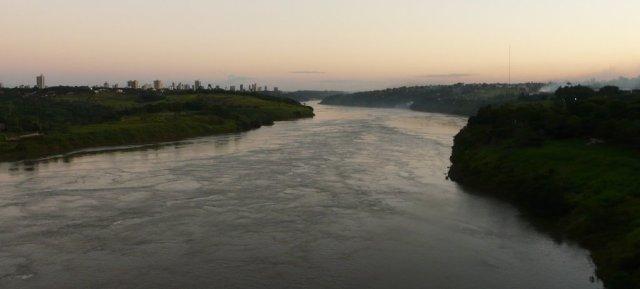 Zurück nach Foz do Iguaçu (linke Seite) über den Rio Paraná. 10 km flussabwärts befinden sich die Wasserfälle.