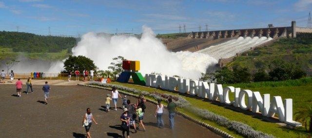 Die Regenbogenfontäne zur Schwächung des Wasserdruckes am unteren Ende des Itaipu-Staudamms.