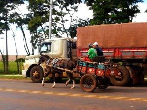 Wie man die Dritte Welt dazu bringt, aus Mitleid der Ersten Welt etwas zu spenden. Pferdekarren und Tandemtransporter arbeiten in Schwellenländern nebeneinander.