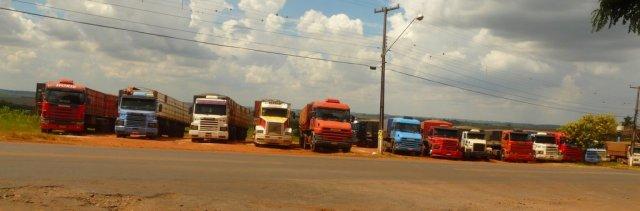 Die Lastwagen in Reih und Glied warten auf das Belladen. Fehlende Organisation in Logistig und Arbeitsprozessen fallen mir hier recht häufig auf.