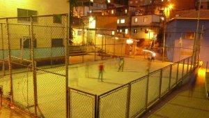 """Bei Nacht in der Favela helfe ich beim """"Pontinho da Cultura"""" und spiele fangen, Diabolo oder reden einfach mit den Kinder.Bei Nacht in der Favela helfe ich beim """"Pontinho da Cultura"""" und spiele fangen, Diabolo oder reden einfach mit den Kinder."""