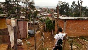 """""""Freiwilliger"""" steht auf dem Rücken meines Kollegen, als wir in der Favela """"da Paz"""" Befragungen durchführen."""
