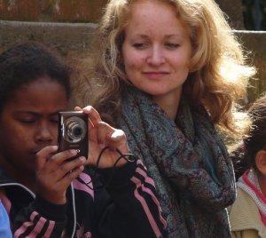 Ingri aus Norwegen beobachtet friedlich ein Favelamädchen beim Fotografieren.