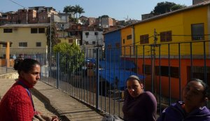 Riki nos mostrou as pequenas creches, que ainda estavam todas separadas, em uma casa única escondida na favela. Depois eles mudaram para a nova casa, grande com cores bonitas.