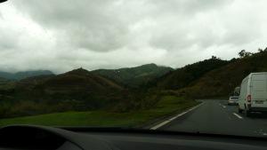 Durch den Atlantischen Regenwald geht es meist abwärts zwischen den Nebelumhüllten Bergen und blauen Seen hindurch.