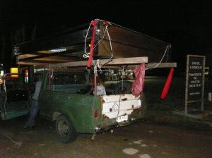Dieser Pick-up hatte kurzerhand 2 Geradentore aufgeladen. Deshalb hat ihn auch die Polizei angehalten, doch Strafe musste er nur für ein kaputtes Rücklicht zahlen.
